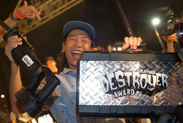 Wang Hui Feng with the Zumiez Destroyer Award