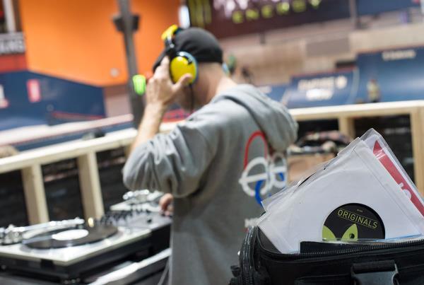 DJ Vinyl Richie at Am Getting Paid
