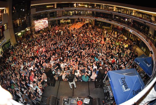 Zappos Rideshop - Crowd